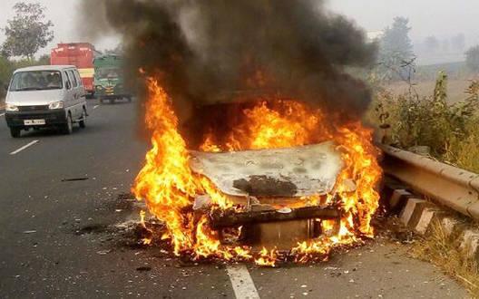 कार में लगी आग