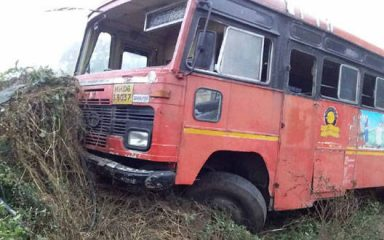 एस.टी. बस का स्टेअरिंग रॉड टूटा, 23 छात्र हुए घायल