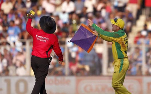 मैच के दौरान वानखेड़े स्टेडियम में आई पतंग, वॉर्नर ने किया कुछ ऐसा
