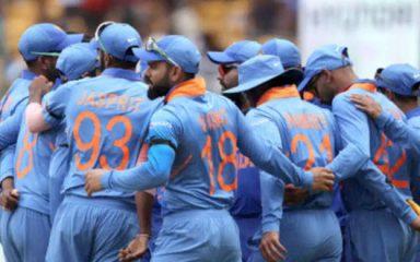 """बेंगलुरु में ऑस्ट्रेलिया के खिलाफ """"ब्लैक बैंड"""" बांधकर मैदान उतरी भारतीय टीम"""