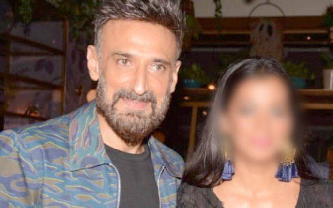 51 उम्र में अपने से 14 साल छोटी लड़की को डेट कर रहे है राहुल देव
