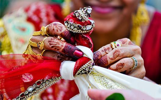 जानें विवाह के गठबंधन में क्यों बांधी जाती है ये 5 चीजें?