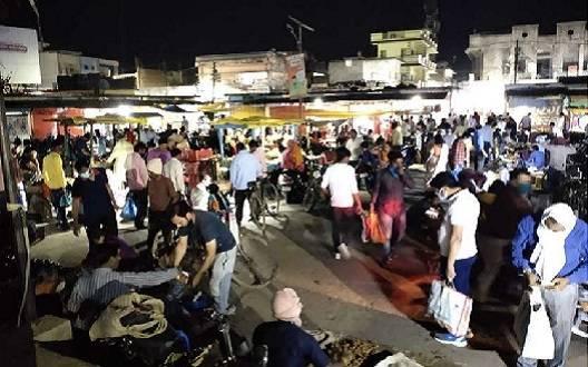 21 दिनों तक देश में लॉकडाउन, घबराएं लोग पहुंचे सब्जी मार्केट और राशन की दुकानों पर