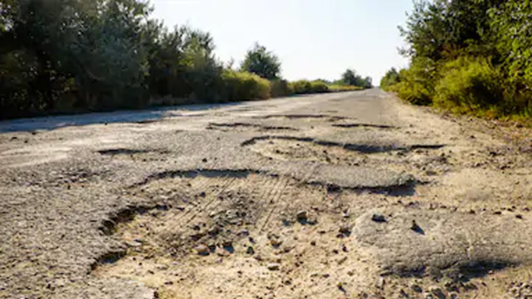 Roads of Badnera lying in pits, administration ignored
