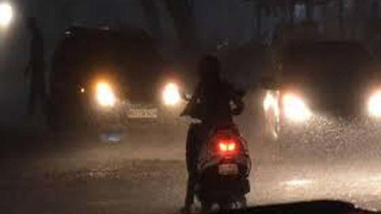 देर रात बरसे बादल, अनेक जगहों पर हुई बारिश