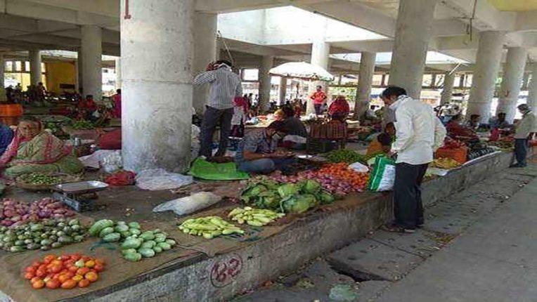घर चलाने हर कोई बेच रहा सब्जी व फल