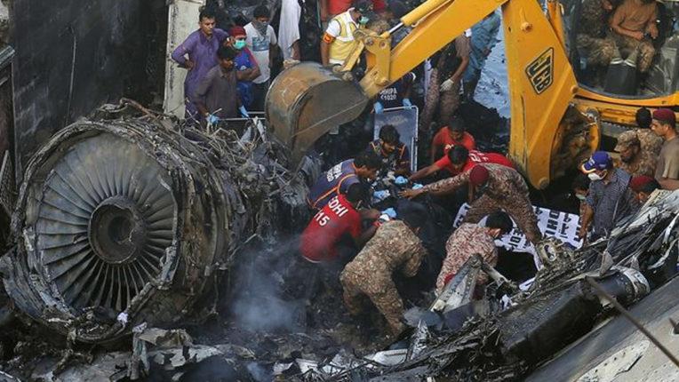 पाकिस्तान विमान हादसे में कम से कम 82 लोगों की मौत