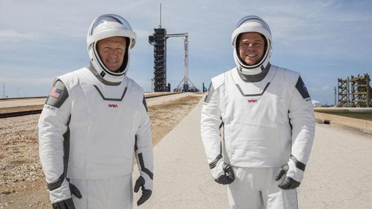 नासा के दो अंतरिक्ष यात्री स्पेसएक्स के ऐतिहासिक प्रक्षेपण के लिये अंतरिक्ष पोशाक पहन कर तैयार