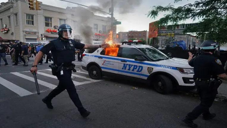 पुलिस के वाहन को आग लगाने के मामले में ब्रुकलिन के दो अटॉर्नी को मिली जमानत