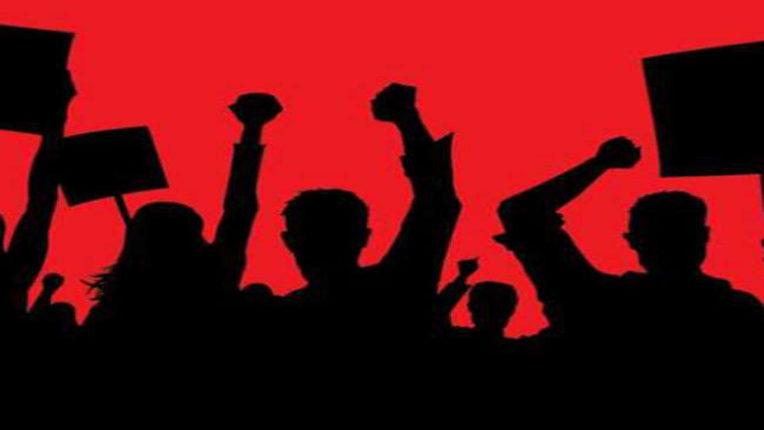 राजस्व कर्मियों ने किया थाने में आंदोलन