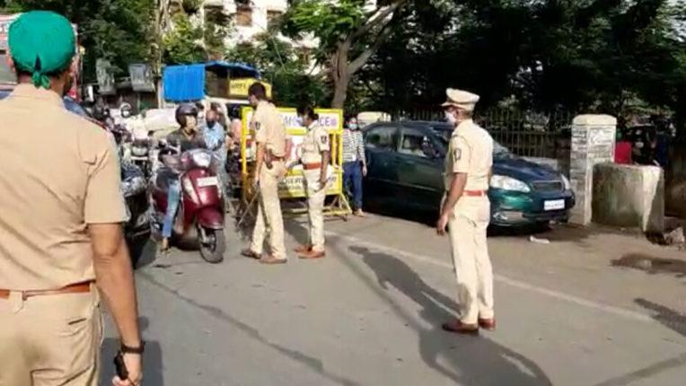 मुंबई में सख्त हुआ लॉकडाउन, क्षेत्र में 2 किमी से बाहर जाने पर बैन