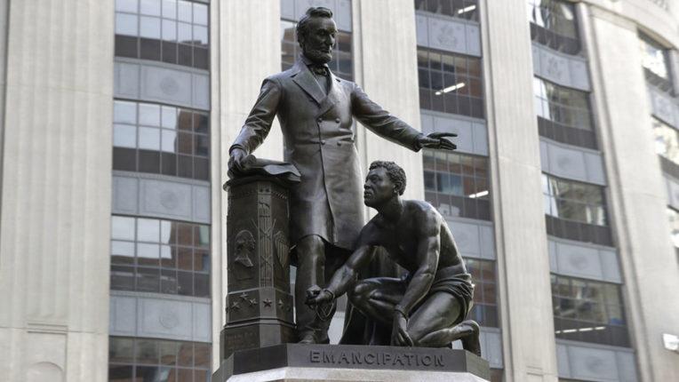 बोस्टन में लिंकन की प्रतिमा के सामने घुटने के बल बैठे दास वाली प्रतिमा हटाई जाएगी