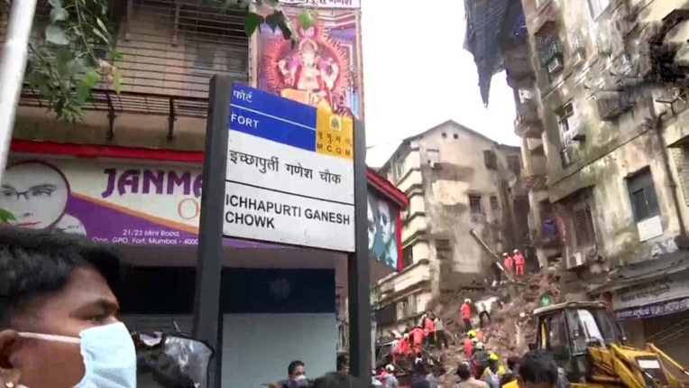 दक्षिण मुंबई में हादसा , पांच मंज़िला ईमारत का हिस्सा गिरा