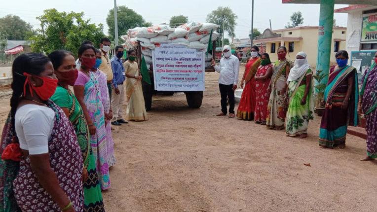 किसानों के खेतों तक पहुंचाया खाद, घाटकुल की महिला बचत समूह का उपक्रम