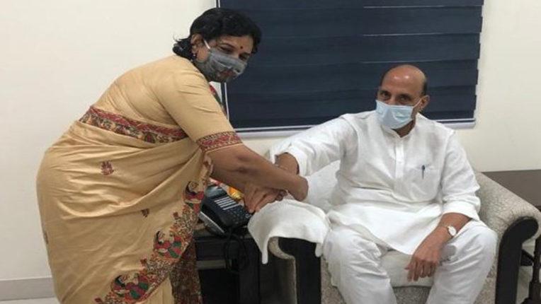 भाजपा की महिला मोर्चा की अध्यक्ष रहाटकर ने रक्षा मंत्री राजनाथ सिंह को बांधी राखी