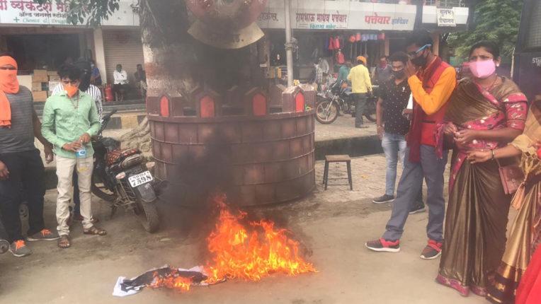 विविध स्थानों पर वेंकैया नायडू के टिप्पणी के विरोध में प्रदर्शन