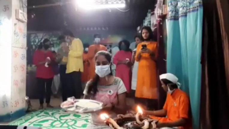 PM मोदी की आरती कर स्नातक की फाइनल परीक्षा को रद्द करने की मांग