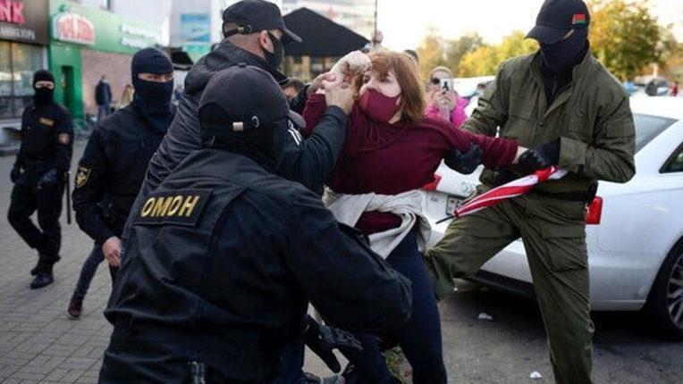 बेलारूस : मिंस्क में महिलाओं का प्रदर्शन, 300 से अधिक गिरफ्तार
