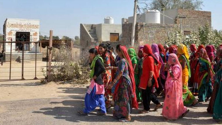 धारगांव में शराब बंदी के लिए रास्तों पर उतरीं महिलाएं