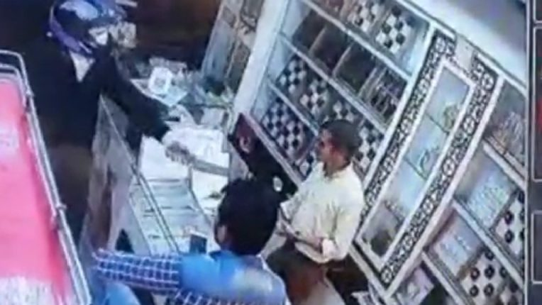 Attempted robbery in a jewelry shop with fake guns, caught on camera