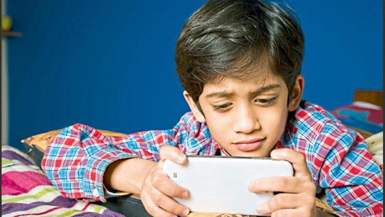 बच्चे मोबाइल में गुजार रहे ज्यादा से ज्यादा वक्त