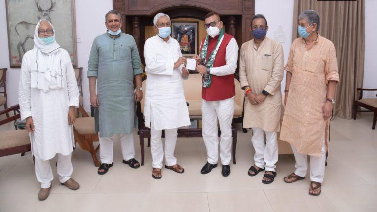 बिहार के पूर्व डीजीपी जेडीयू में शामिल, मुख्यमंत्री नितीश ने दिलाईपार्टी की सदस्यता