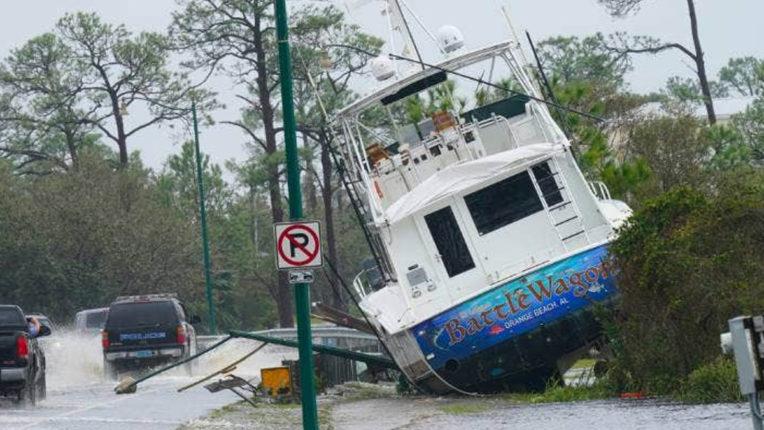 अमेरिका में 'सैली' तूफान के कारण पेड़ गिरे, सड़कों पर भरा पानी