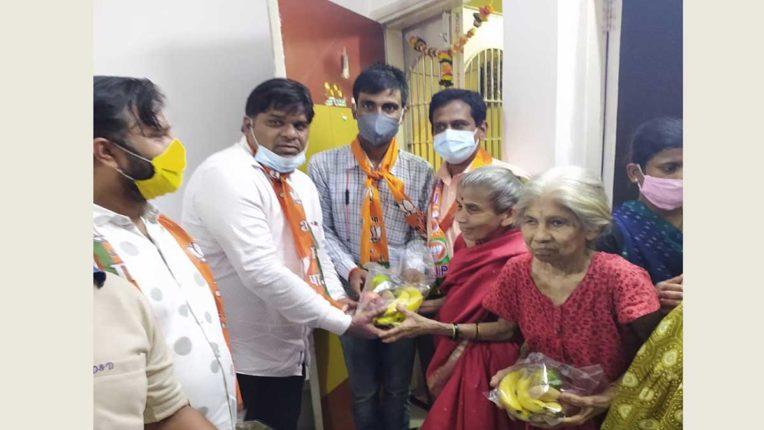 भाजपा पदाधिकारियों ने वृद्धाश्रम में बुजुर्गों को बांटे फल