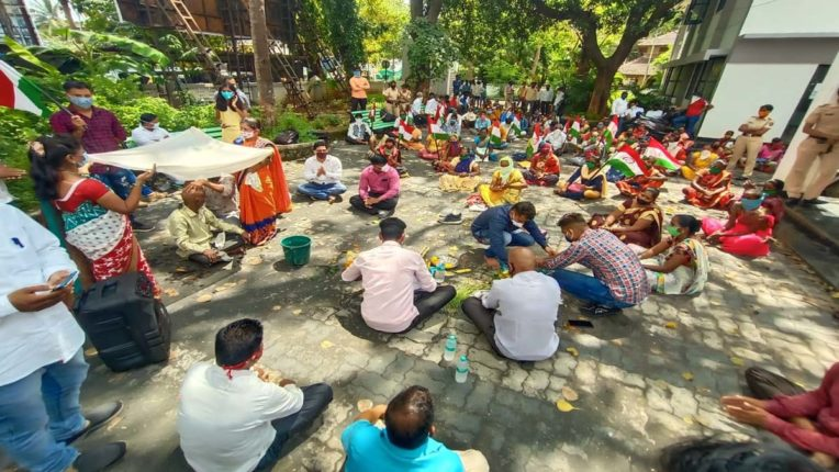 आदिवासियों का तहसीलदार कार्यालय पर आंदोलन