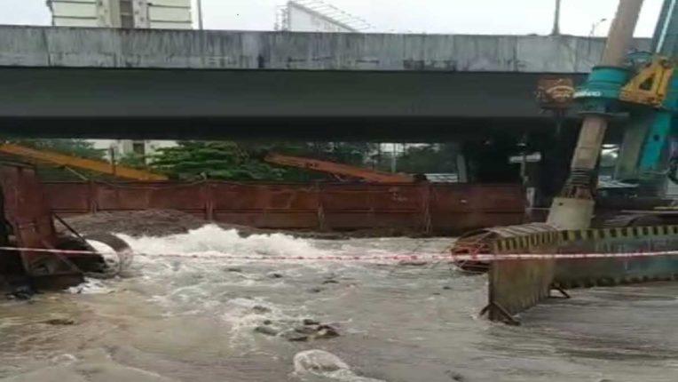 मेट्रो के काम के चलते फूटी पाइप लाइन, हजारों लीटर पानी बर्बाद