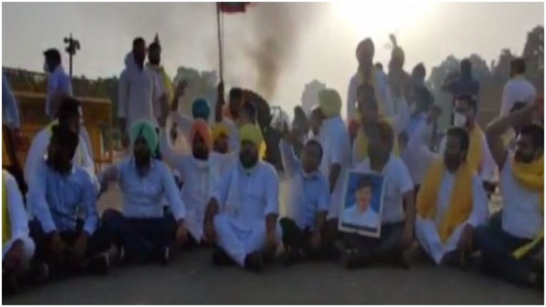 Punjab Youth Congress workers set fire to tractors at India Gate