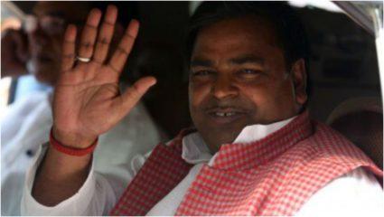 शीर्ष अदालत ने उप्र के पूर्व मंत्री प्रजापति को जमानत देने के आदेश पर लगायी रोक