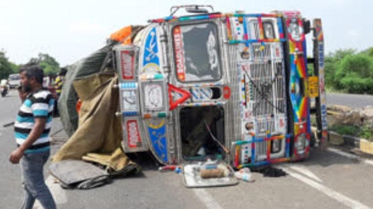 बिजीलैंड के पास टमाटर से लदा ट्रक पलटा, लाखों रुपयों का नुकसान