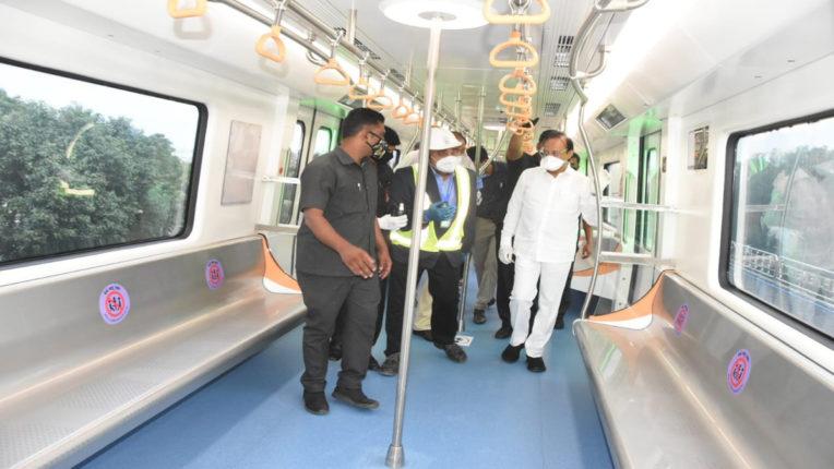 उपमुख्यमंत्री अजीत पवार ने की पुणे मेट्रो में यात्रा