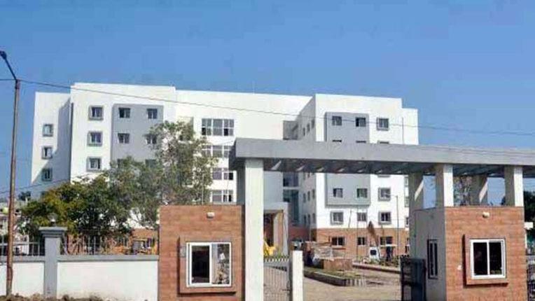 सुपर स्पेशालिटी हॉस्पिटल की इमारत, प्रशासन कब्जे में लेकर कोरोना वार्ड शुरु करने की मांग