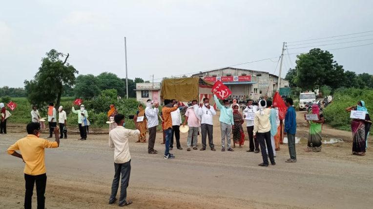 मुडाणा में युनियन बैंक के सामने आज फिर किसानों का भिख मांगो आंदोलन