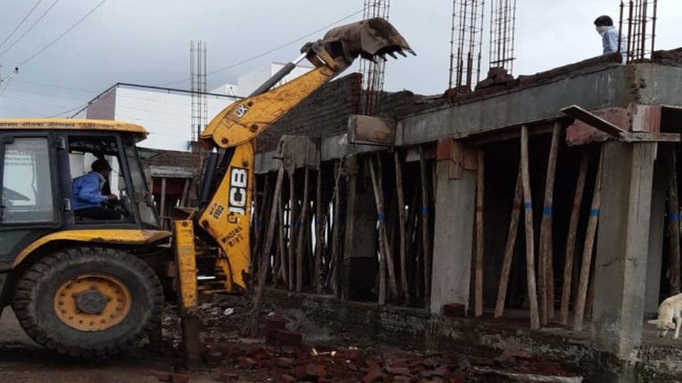 अनाधिकृत निर्माण कार्य पर मनपा का हथौड़ा