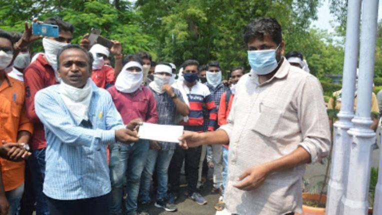 350 बिजली कर्मियों को 50 लाख का धनादेश, राज्यमंत्री बच्चू कडू के हाथों वितरण