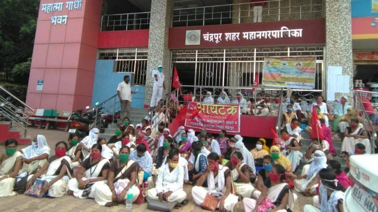 मनपा के सामने आशा वर्कर महिलाओं ने शुरु किया आंदोलन
