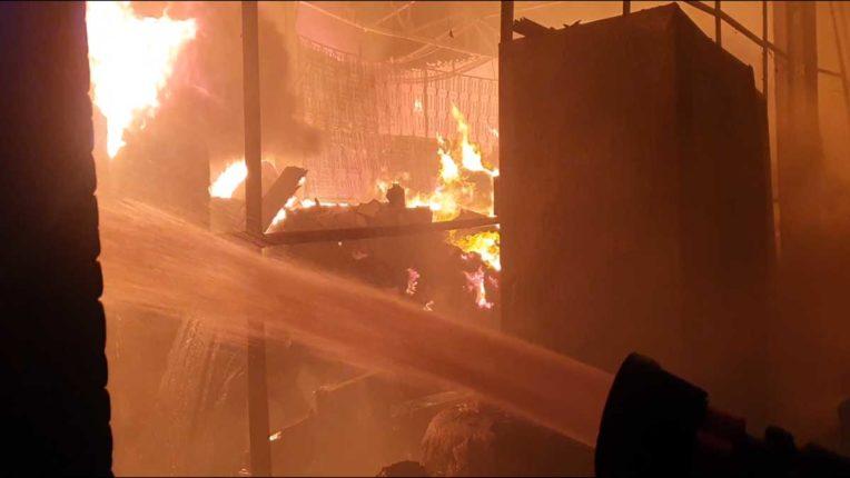 उल्हासनगर के प्लास्टिक-फोटोफ्रेम कारखाने में लगी आग