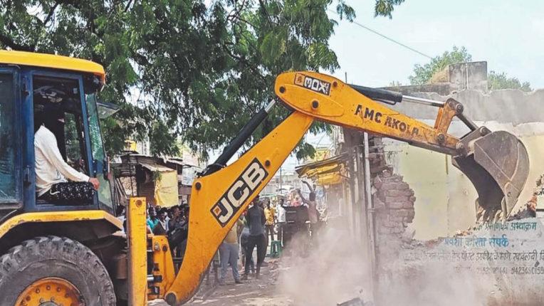 उड़ान पुल निर्माण में बाधित 15 दुकानों पर चली मनपा की जेसीबी