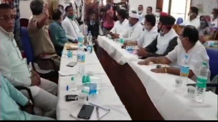 प्रदर्शनकारियों के साथ मंत्री ने की बैठक, शांति बनाएं रखने के लिए हुए सहमत