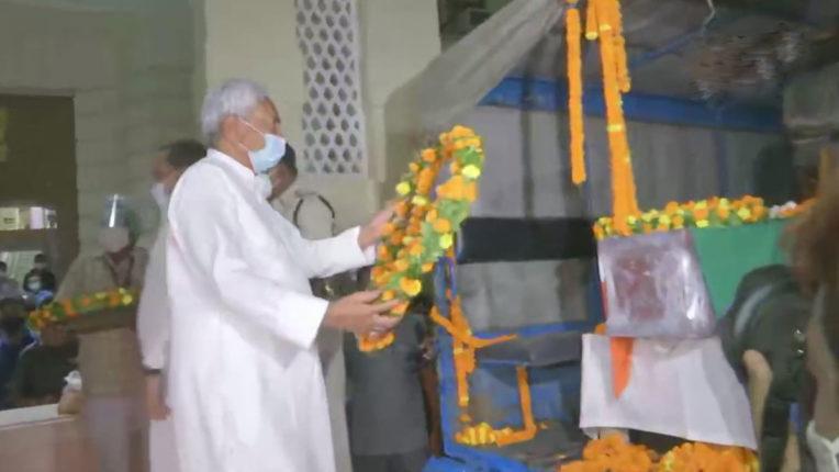 पूर्व केंद्रीय मंत्री रघुवंश प्रसाद सिंह का पार्थिव शरीर पटना पहुंचा, कल होगा अंतिम संस्कार