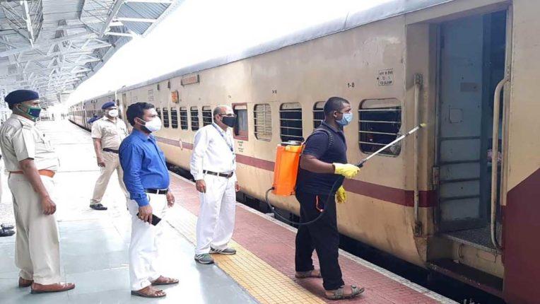 स्वच्छता पखवाड़ में ट्रेनें की गईं सैनेटाइज