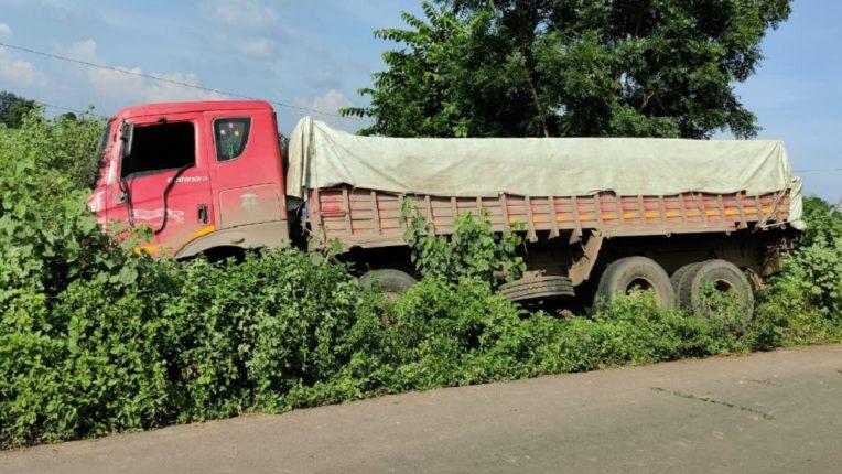 कोरपना – आदिलाबाद महामार्ग पर ट्रक व मैक्स में भीषण टक्कर