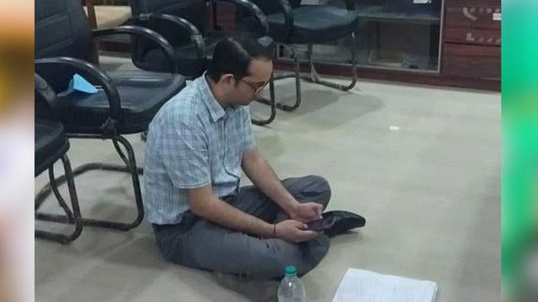अपने ही जिलाधिकारी के खिलाफ धरने पर बैठे यूपी के प्रतापगढ़ में एसडीएम