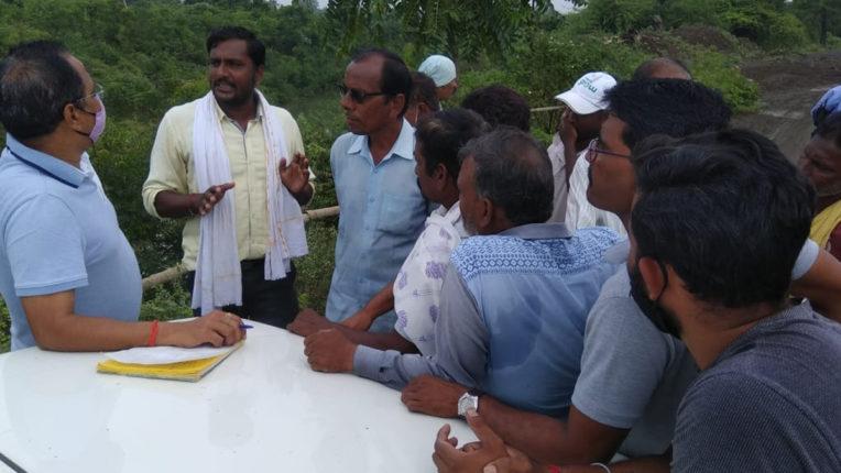 किसानों ने रोके ठेकेदार के वाहन, मार्ग की गंभीर अवस्था के चलते किसान त्रस्त