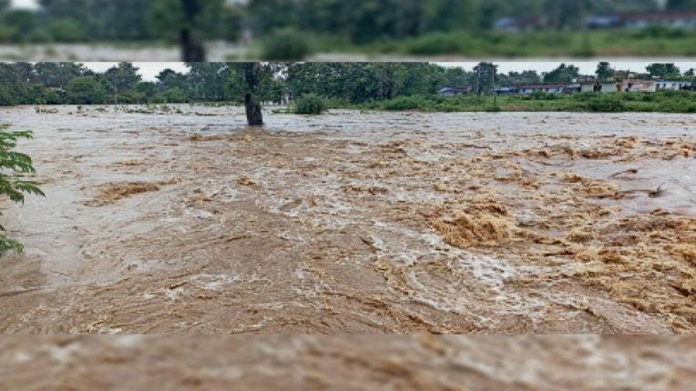 पूर्णा नदी की बाढ़ में मां-बेटी बही, एक महिला की लाश मिली, बेटी की खोज जारी