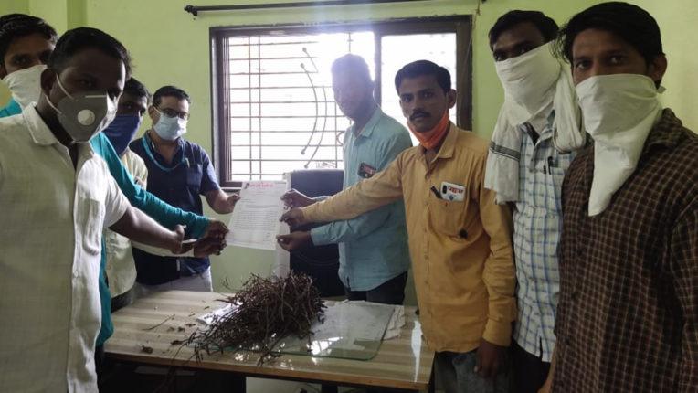 कृषि अधिकारी के मेज पर सडी फसलों को फेंककर विरोध प्रदर्शन