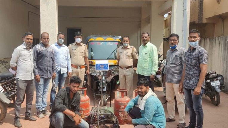 रिक्शा में घरेलू गैस भरते 2 गिरफ्तार